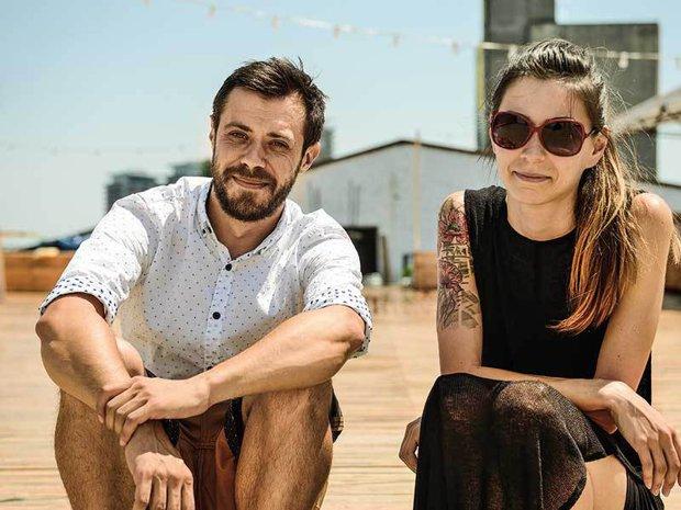 Tinerii care au deschis pe acoperişul unei foste fabrici din Bucureşti unul dintre cele mai populare locuri de ieşit în oraş