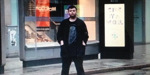 Unul dintre cei mai căutaţi hackeri din lume şi-a dezvăluit identitatea. Este român