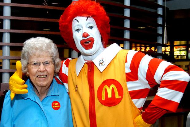 Confesiunile unui angajat McDonald's traumatizat. 30 de plicuri de ketchup pentru o plăcintă sau burgeri cu 50 de extra porţii de murături
