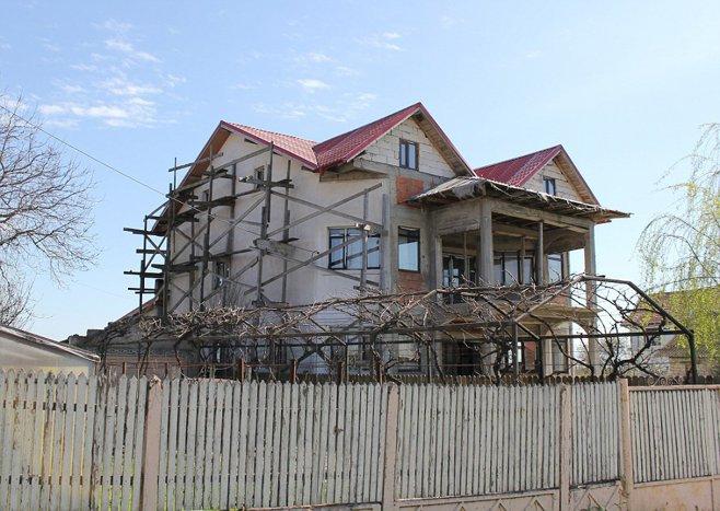 """Oraşul din România unde vilele sunt construite din ajutoare sociale britanice. La porţile caselor stau BMW-uri """"sclipitoare"""" cu numere de Anglia"""