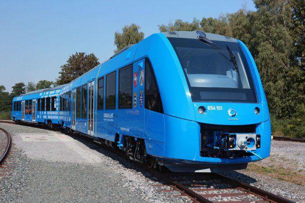 Trenul care funcţionează cu un nou tip de combustibil a făcut prima cursă. Poate atinge o viteză de 140 km/h