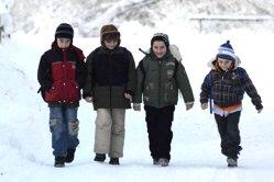 Elevii mai multor şcoli, obligaţi să circule pe şosea din cauza trotuarelor acoperite de zăpadă: Am învăţat la şcoală că ar trebui să circulăm pe trotuar, dar dacă sunt înzăpezite...