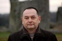 Un român a publicat 10 cărţi în România fără succes, iar prima publicată în Marea Britanie l-a transformat în milionar