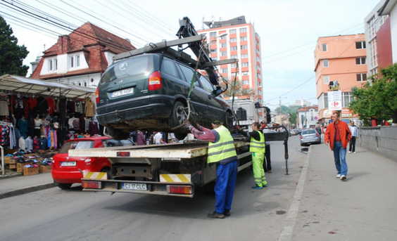 Totul despre ridicarea unei maşini parcate ilegal. Cine şi când poate decide să facă asta