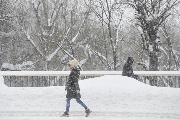 Lapoviţă şi ninsoare în Bucureşti. Cât mai ţine vremea rea