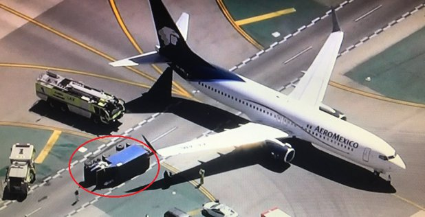 ACCIDENT pe aeroportul Los Angeles: Opt răniţi în urma coliziunii dintre un avion de pasageri şi o autoutilitară