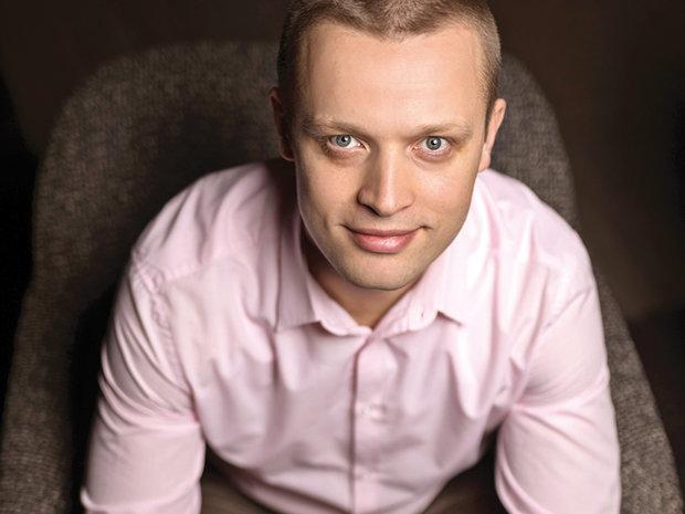 Cine este tânărul care conduce afacerile Starbucks în România