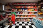O tânara a deschis singurul supermarket din lume care vinde produse false. Nu i-a venit să creadă când a văzut ce succes are