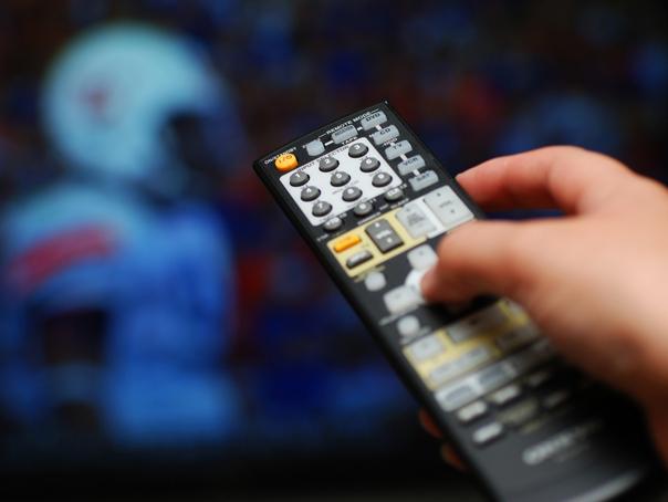 Unul din trei români are trei televizoare în casă. Aproape jumătate din cei intervievaţi petrec 2-3 ore în faţa televizorului în fiecare zi