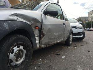 Doisprezece maşini parcate într-un cartier din Ploieşti au fost avariate de un şofer băut - FOTO VIDEO