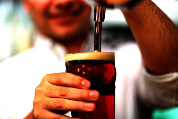 Povestea misterioasă a omului care controlează industria berii