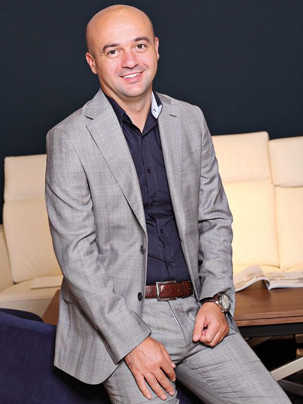 Tânărul care conduce un business cu peste 1.000 de clienţi în România