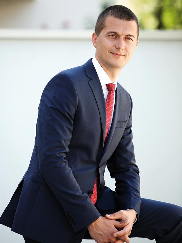 Tânărul de 34 de ani care gestionează aproximativ 3 mld. lei pentru 27.000 de clienţi