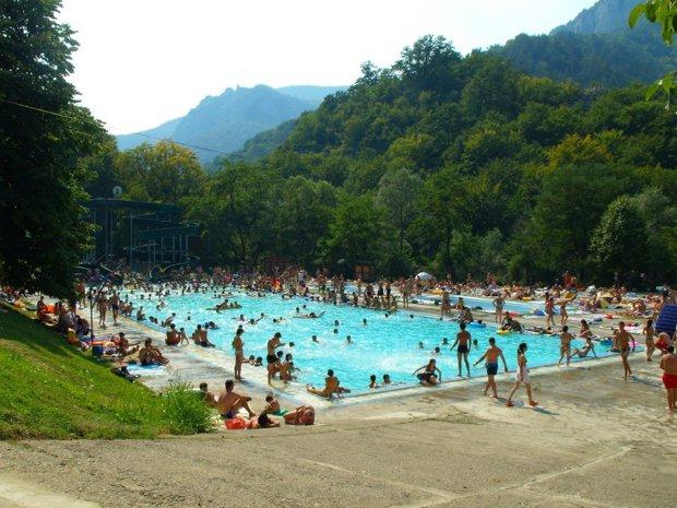 Staţiunea din România unde sute de persoane merg zilnic. Mulţi dorm în maşină ca să stea mai multe zile