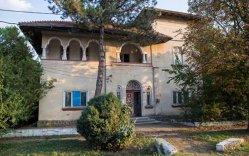 Conac interbelic cu 18 camere, heleşteu şi curte de 1200 de metri pătraţi mai ieftin decât o garsonieră în Bucureşti