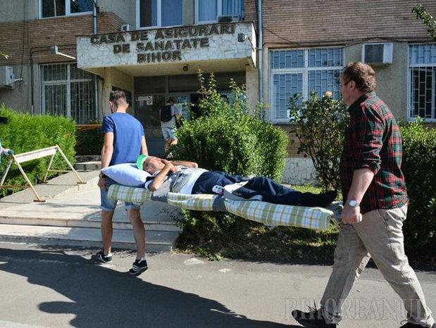 Doar în România: Aduşi cu targa la ghişeu pentru că funcţionarii nu voiau să le elibereze adeverinţe
