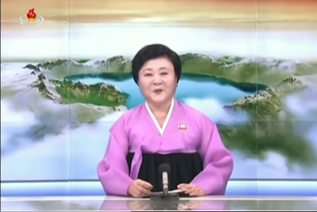 """""""Doamna în roz"""" a Coreei de Nord va fi cea care va anunţa Apocalipsa. Cine este Ri Chun-hee, crainica TV la auzul căreia """"duşmanii tremură de frică"""""""