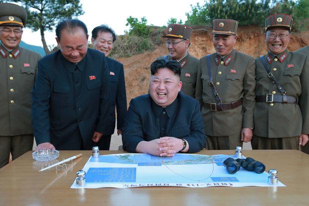 De ce râde Kim Jong-un de fiecare dată când testează o bombă nucleară. Explicaţiile gestului bizar din toate fotografiile propagandei nord-coreene