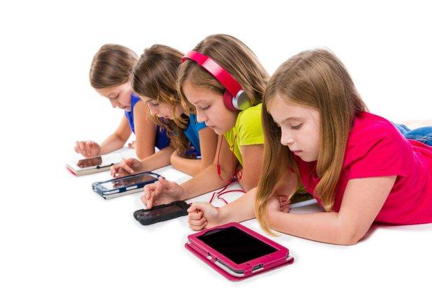 Pericolul din spatele tehnologiei. De ce îi luăm copilului un telefon mobil?