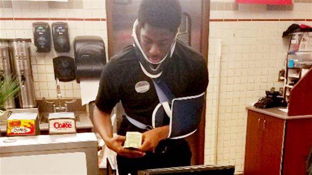 Tânărul care a lucrat într-un fast food ca să-i ajute pe săraci chiar şi cu braţul şi gâtul imobilizate