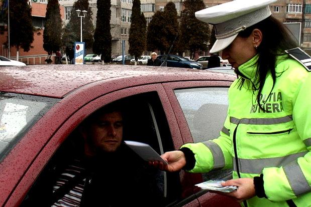 VIDEO Un echipaj de poliţie i-a uluit pe BUCUREŞTENI. Un trecător a FILMAT totul. Cum a reacţionat POLIŢIA Română când a văzut clipul pe net?