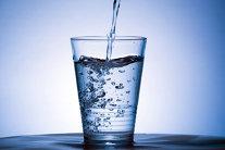 De ce costă apa îmbuteliată de 200 de ori mai mult decât apa de la robinet