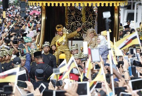AROGANŢĂ de SULTAN: Paradă într-un car de AUR cărat de zeci de oameni, pe străzile din Brunei | FOTO, VIDEO