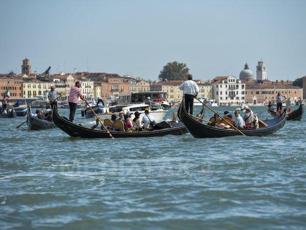 PARADOX. Plimbare cu gondola la Veneţia, dar cu ochii doar în smartphone. Imaginile fac înconjurul lumii | VIDEO