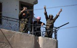 STAT ISLAMIC, lovit în PLIN. Capitala teroriştilor a fost ELIBERATĂ. Luptători ISIS, filmaţi în timp ce părăsesc cu laşitate obiectivele militare