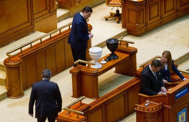 Opoziţia vrea să oprească Revoluţia fiscală. PNL pregăteşte o moţiune de cenzură şi cere implicarea Avocatului Poporului