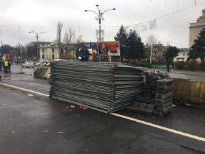 Incidente în Piaţa Victoriei: Dispută între jandarmi şi protestatari care voiau să împiedice amenajarea Târgului de Crăciun. Mai mulţi manifestanţi, ridicaţi | VIDEO