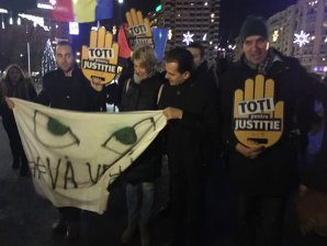 Noi PROTESTE în Capitală şi în mai multe judeţe faţă de legile justiţiei. Oamenii, în stradă la Cluj, Iaşi, Bistriţa şi Galaţi - FOTO, VIDEO