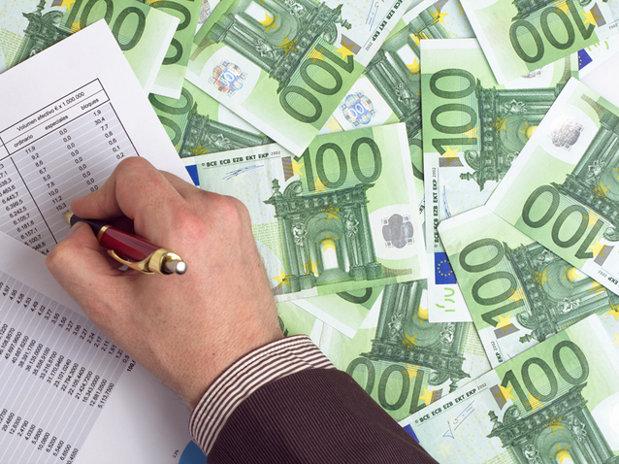 Euro s-a apreciat faţă de dolar pe fondul turbulenţelor din SUA, leul a rămas stabil sub pragul 4,65