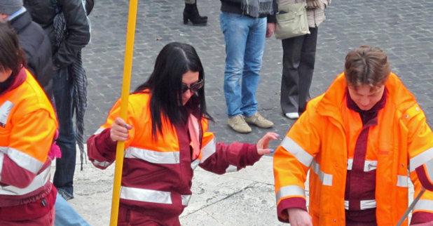 Povestea femeii care in România era profesoară, cu două facultăţi, iar acum este măturătoare în Italia. Vezi de ce a fost nevoită femeia să plece din ţară