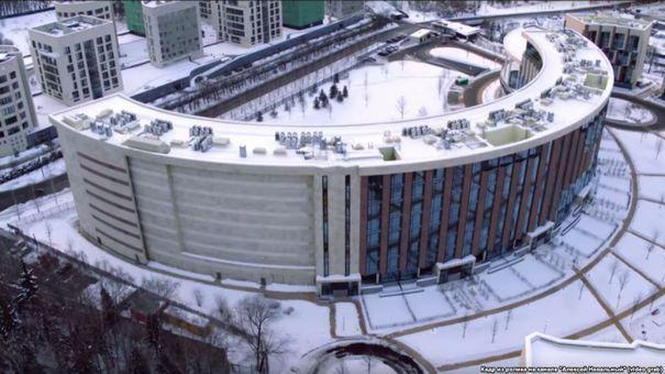AROGANŢĂ de tip sovietic: Un bloc din Rusia a fost construit fără ferestre spre sud-vest, ca locatarii să nu poată vedea vila de lux a vicepremierului