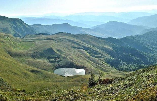Lacul fără fund din România, locul în care oamenii şi-au aruncat bogăţiile de frica cotropitorilor