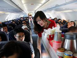 Cu cât sunt suprataxate băuturile de către companiile aeriene low-cost. Marja de profit la fiecare sticlă de apă vândută de Ryanair este de 1300%