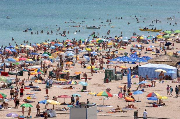 Criză uriaşă de angajaţi pe litoral. Patronii oferă salarii şi de 3.000 de euro