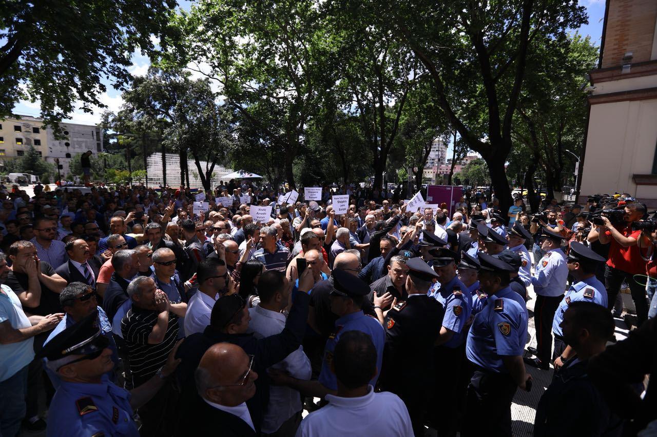 proteste-de-amploare-la-tirana-mii-de-persoane-au-cerut-demisia-ministrului-albanez-de-interne