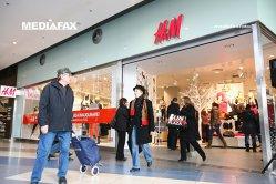Când va scăpa H&M de probleme? Retailerul nu a înregistrat creştere în ultimul an şi este blocat în stocuri de haine nevândute de 4 miliarde de dolari. Suedezii încetinesc ritmul de extindere