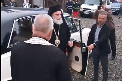 Imaginile care au revoltat enoriaşii: preoţi aduşi cu Rolls Royce la sfinţirea unei biserici