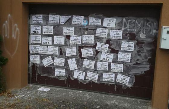 protest-rezist-la-locuinta-lui-iordache-zeci-de-mesaje-obscene-au-fost-lipite-pe-poarta-garajului-deputatului-dupa-ce-acesta-a-aratat-