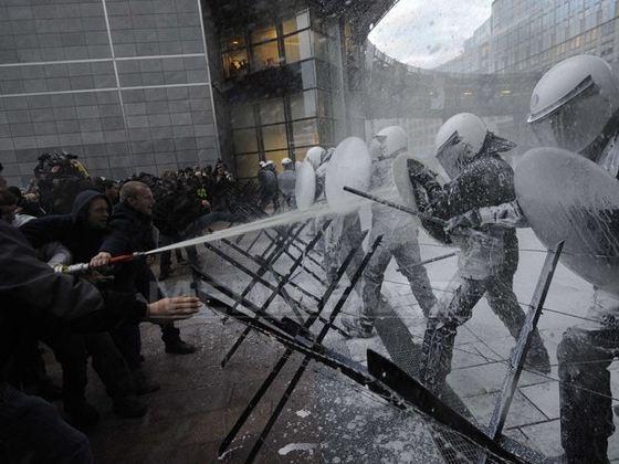 """Proteste violente """"în inima"""" Europei: Zeci de persoane au fost reţinute după proteste faţă de preţul la carburanţi în Bruxelles"""