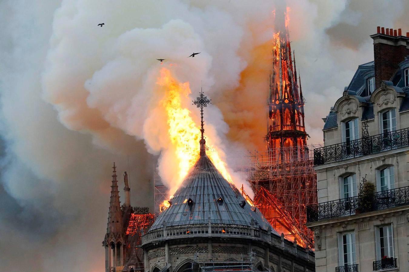 noi-date-despre-incendiul-de-la-catedrala-notredame-focul-ar-fi-pornit-de-la-jumatatea-acoperi