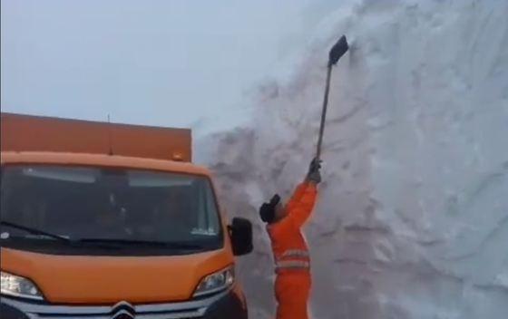 Nămeţi de PATRU metri pe Transalpina. Drumarii intervin cu utilaje de deszăpezire   VIDEO