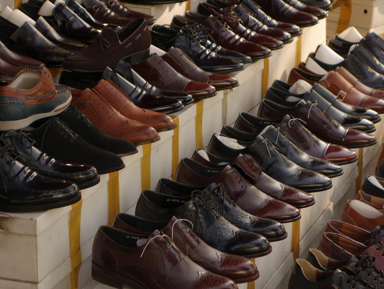 Românii au cheltuit 1,2 mld. euro pe pantofi anul trecut, piaţa crescând cu 8,5%, susţinută de online. Pandemia a(...)