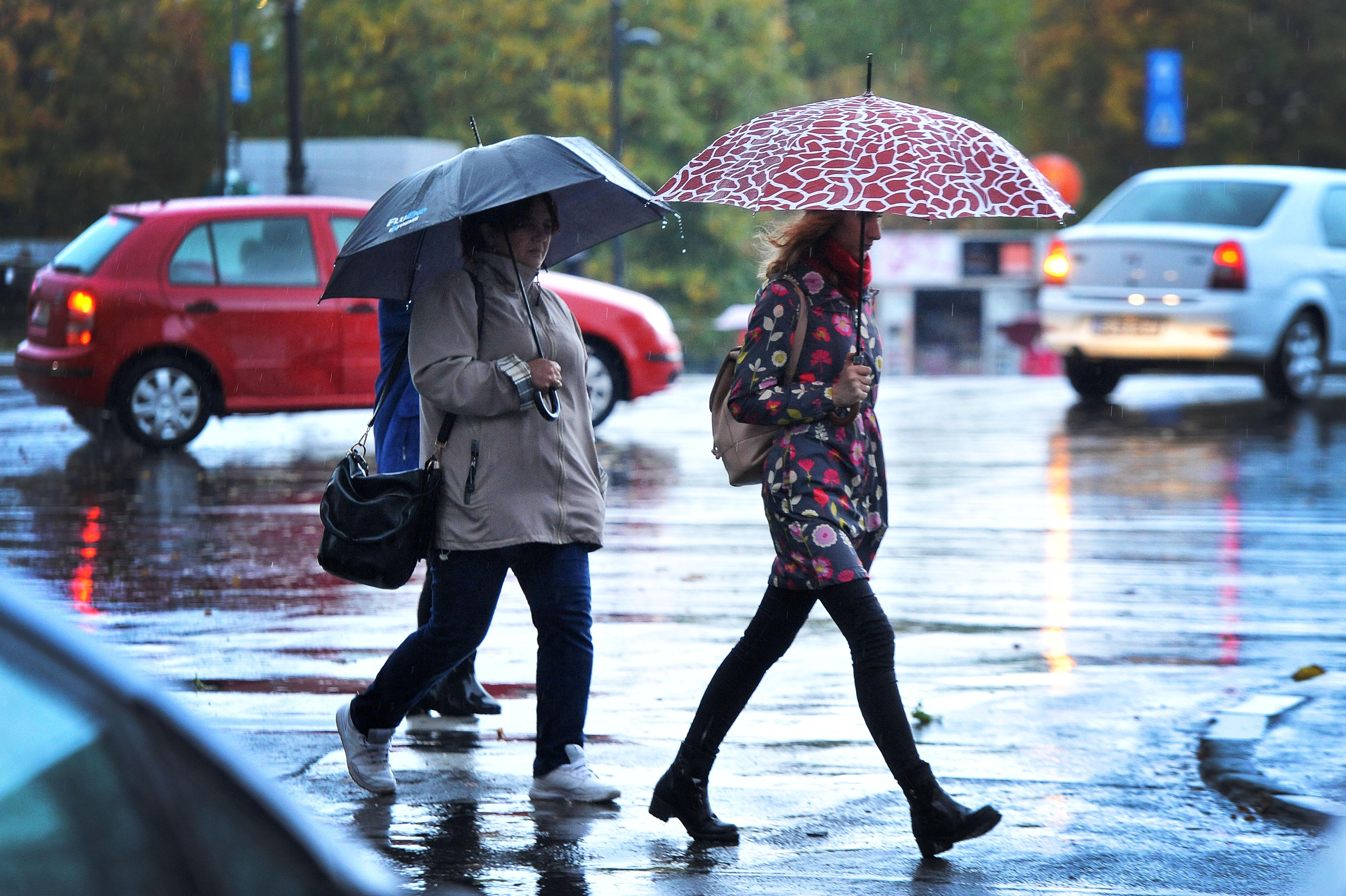 Vreme rea până duminică: Noi coduri galbene de ploi, vijelii şi grindină
