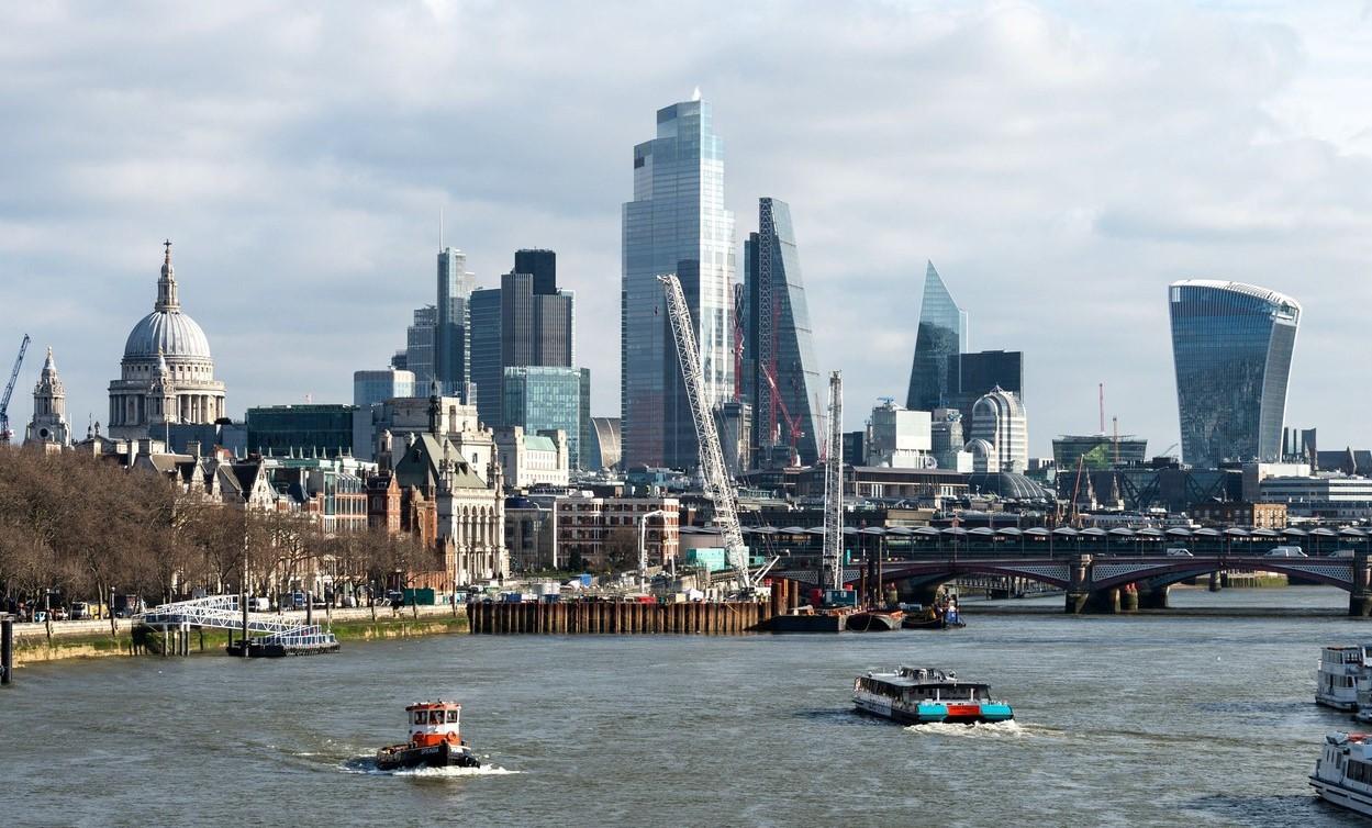 Bancherii continuă să părăsească Londra pe măsură ce numărul relocărilor generate de Brexit continuă să crească. Care este(...)