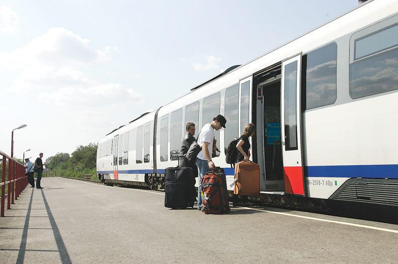 Directorul CFR, explicaţii după ce a spus că nu el trebuie întrebat de călătorii blocaţi în trenuri