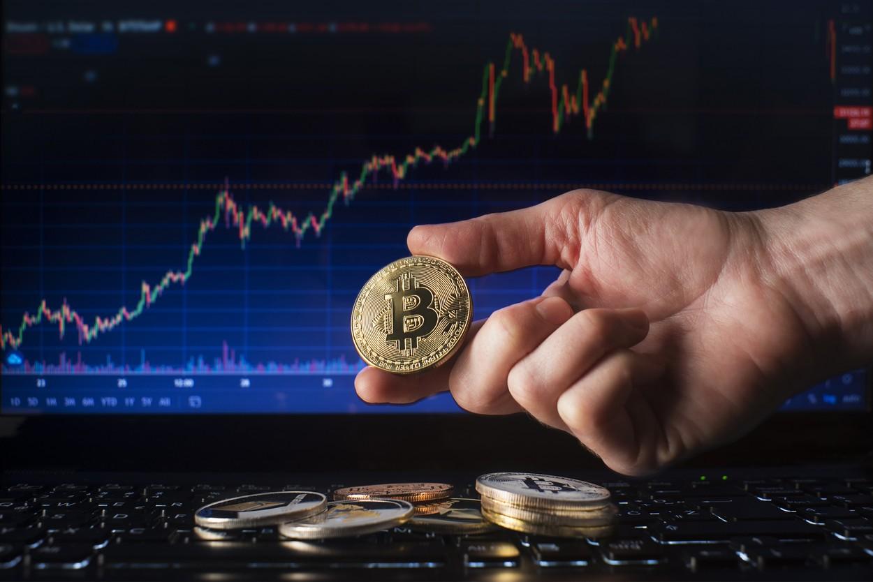 Bitcoinul, la un nou nivel record de 66.000 de dolari după istorica lansare a ETF-ului din Statele Unite.(...)